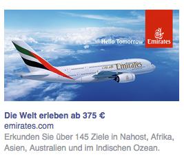 Das Logo von Emirates ist nicht zu übersehen und hebt sich extrem vom blauen Hintergrund ab