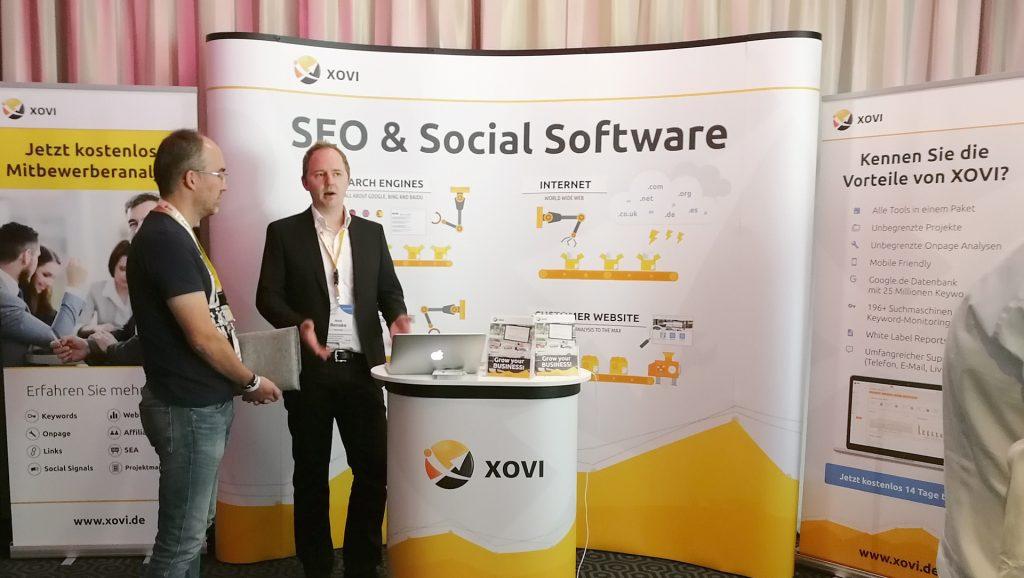 XOVI Geschäftsführer Maik Benkse berät Interessierte am XOVI Stand auf dem OMT 2017 in Wiesbaden