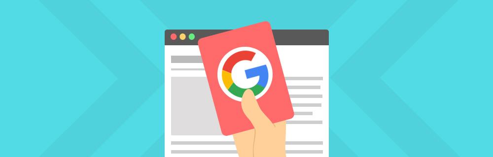 Titelbild für Google Penalty erkennen und beheben: Hand mit roter Karte mit Google Logo vor Website