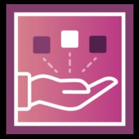 Hand mit mehreren Würfeln. Zusammenführen des Contents beim Content Audit